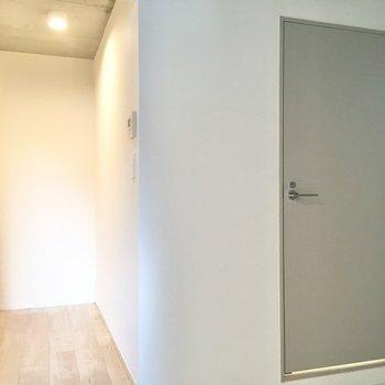 右にくるっと。キッチン・サニタリーへの入り口が見えます。