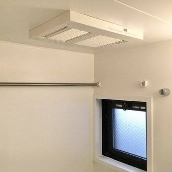 小窓に乾燥機がついて、湿気対策は◎