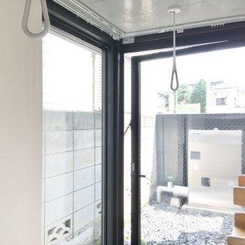 玄関の奥まった部分には窓が2面に設置されていて、洗濯物もこちらで干せます。