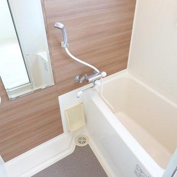 お風呂はその分少しコンパクトだけど木目調シートで落ち着く雰囲気。窓付きで換気もしやすい!