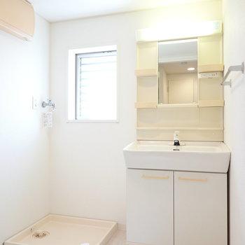 脱衣所は左に。入って正面に洗面台と洗濯機置き場。