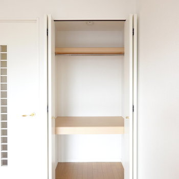クローゼットはほど良い大きさ。お部屋が広いからハンガーラックも追加で置けますね。