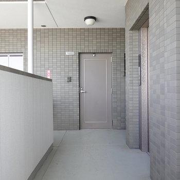 お部屋はエレベーターを降りて右に。