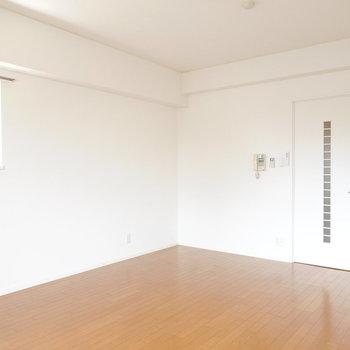 洋室は12.4帖。一人暮らしだけど開放的に過ごせます。
