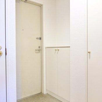 トイレの右に玄関。しかも靴箱が2つあるんです…!