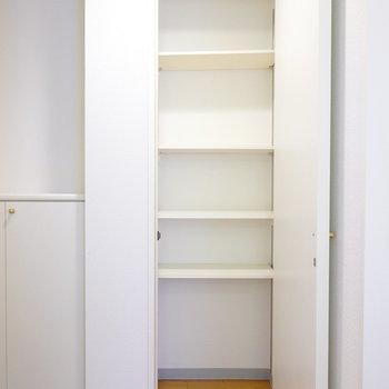 廊下側には天井まで高さのある靴箱。高さが変えられる棚なので、靴だけではなく鞄なども入れておけそう。