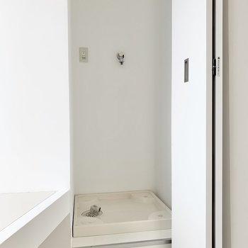 洗濯機置き場の上に突っ張り棒で棚を作るといいかも。