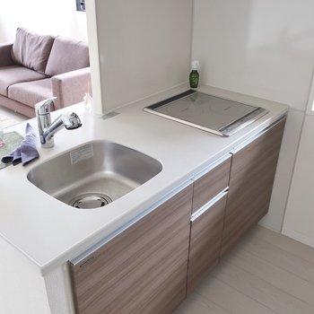 白いワークトップが清潔感あるキッチンです(※写真は12階の同間取り別部屋、モデルルームのものです)