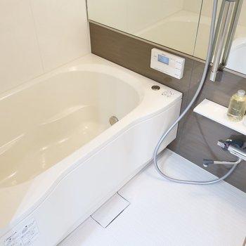 浴室には横長の鏡もあるのが嬉しいですね(※写真は12階の同間取り別部屋、モデルルームのものです)