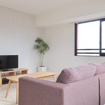 大きなソファを置いてもまだまだ広いリビングです(※写真は12階の同間取り別部屋、モデルルームのものです)