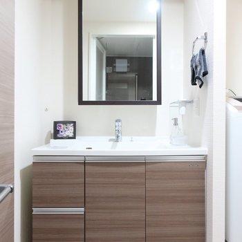 洗面台も洗練された雰囲気です(※写真は12階の同間取り別部屋、モデルルームのものです)