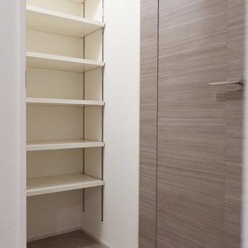 シューズクロークも容量たっぷりです(※写真は12階の同間取り別部屋、モデルルームのものです)