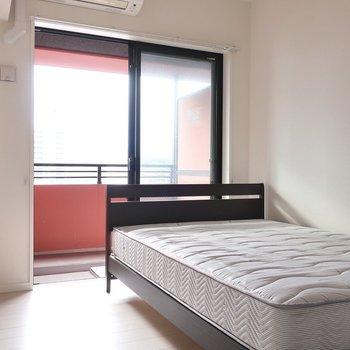 洋室は大きなベッドも置ける広さなのでゆっくり休めそうですね(※写真は12階の同間取り別部屋、モデルルームのものです)