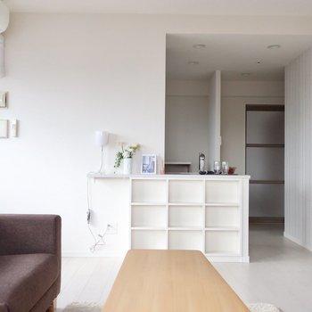 カウンター部分はシェルフになっているのが素敵ですね(※写真は12階の同間取り別部屋、モデルルームのものです)
