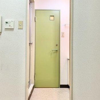 こちらがサニタリー。ライムグリーンの扉が洒落てます!