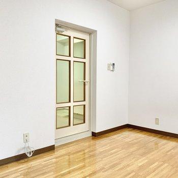 レトロ感のある扉。可愛らしさがありますね。