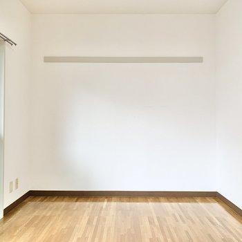 壁際に長押しが付いてます。フックを掛けてアイテムを飾れますよ。
