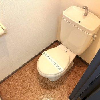 洗濯機置き場の反対側にはトイレがあります。