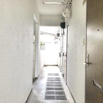 こちらは共用部の通路、お部屋は奥の角部屋です。