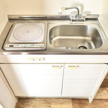 コンパクトなキッチンは掃除が楽チンなIHコンロが1口。