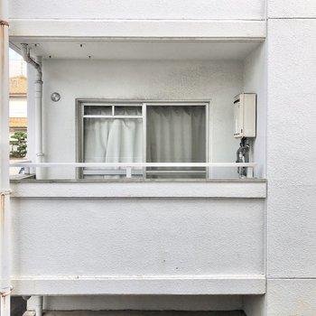 バルコニーからはお向かいさんがちらり。少し距離が近いので、洗濯物の視線が気になる方は室内干しにチェンジしましょ。
