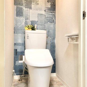 トイレはクロスのデニム柄に驚きました◯温水洗浄便座付きです。(※小物はサンプルです)