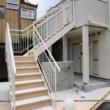 2階までの移動は階段で。