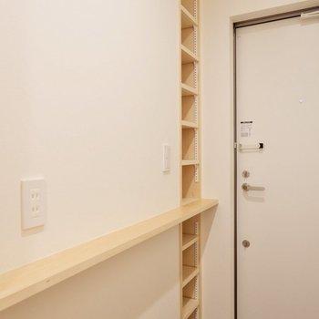 廊下に続くシェルフとシューズボックス。オープンなデザインがおしゃれですね。