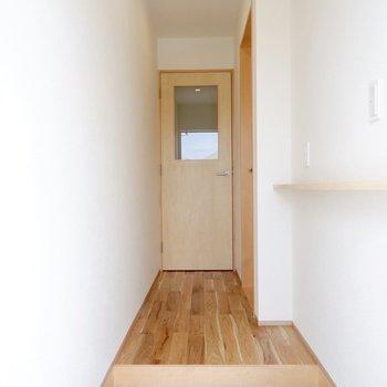 早速居室を見に行きましょう。ガラスのはめ込まれたドアが可愛いですね。