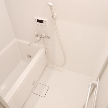 浴室はシンプルに。追い焚き機能と乾燥機付きですよ。