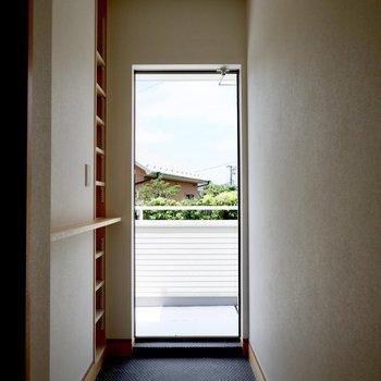 ゆったりとした玄関。思わず外にでかけたくなっちゃうかも。