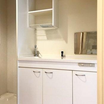 キッチンは廊下に。真っ白なミニキッチンが可愛い!1人分のお皿なら入るね。(※写真は1階の反転間取り別部屋のものです)
