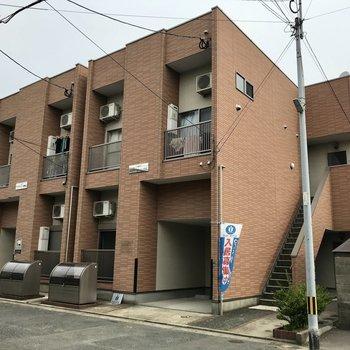 よく見ると同じ外観のアパートが2つ並んでいました。今回は右のお部屋!