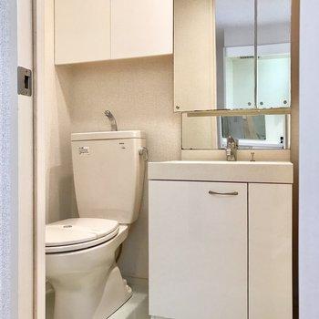 脱衣所に洗面台とトイレが。鏡の裏やトイレの上が収納になっているのが便利!(※写真は1階の反転間取り別部屋のものです)