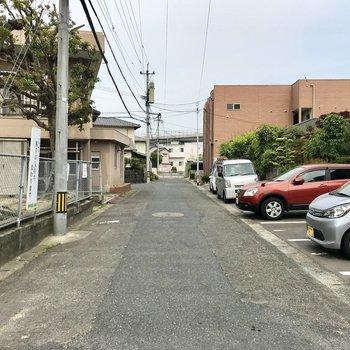 住宅街を通って、踏切を渡って駅へ向かいましょう。