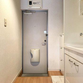 玄関前に洗濯機置場がありました。気になる方は可愛い布で隠しても◎(※写真は1階の反転間取り別部屋のものです)