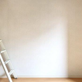 6帖で小さめだけどシンプルなデザインだから家具や小物は選びやすそう!(※写真は1階の反転間取り別部屋のものです)