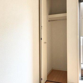 窓横のクローゼットは小さめ。主な荷物はロフトに置くことになりそう。(※写真は1階の反転間取り別部屋のものです)