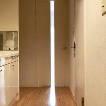 続いて廊下へ。(※写真は1階の反転間取り別部屋のものです)