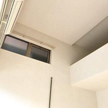 そしてロフトの先に窓を発見!あの棒で開け閉めして換気ができるみたい。(※写真は1階の反転間取り別部屋のものです)