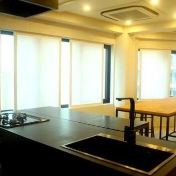 キッチンとオフィスが共存する空間