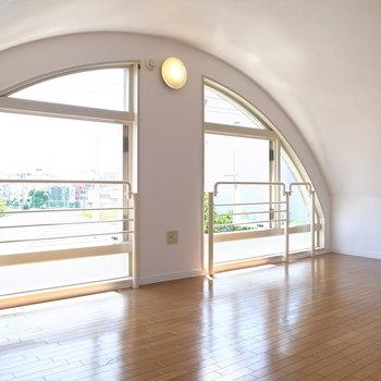 【洋室】この窓の前に立てば、うっかり目をうばわれてしまうから…心地いい…。