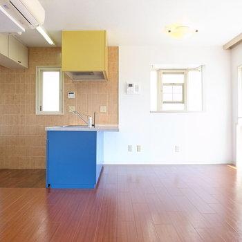 【LDK】洋室とほぼ同じ広さで、向こうよりは彩度の高い印象!キッチンにひと目惚れ。
