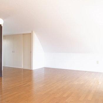 【洋室】うんとくつろげそう!丸みを帯びた天井はやや低めですが、あまり気になりません。なぜなら、