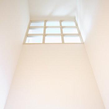 向かい側には淡くかがやく大きめの窓があります。
