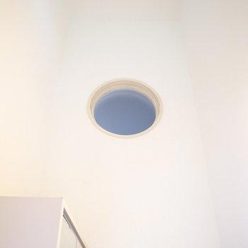 上を見上げると吹き抜けになっています!満月みたいな小窓と、