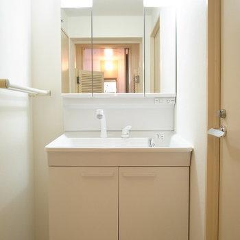脱衣所を出て目の前に洗面台です。左のスペースは、低い棚なら入りそう。