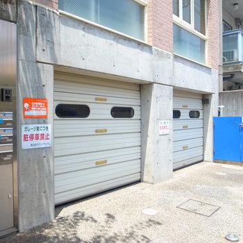 【共用部】マンション入り口にガレージがあります。