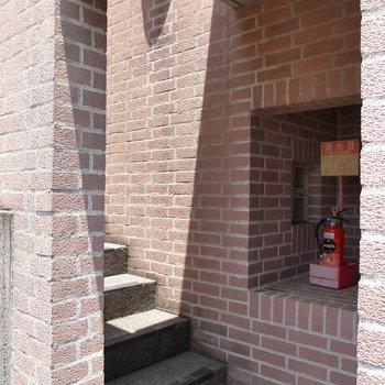 【共用部】厳しい城塞を思わせる階段。入り組んだ構造で、気分はさながら中世のひと。