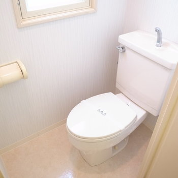 ウォシュレット付き!明るいトイレは嫌な感じになりにくいですね。